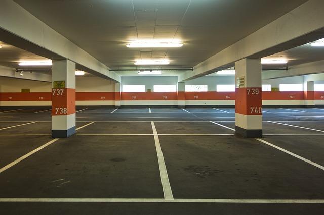 prázdné parkoviště
