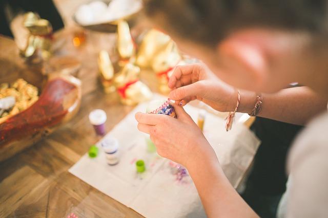dívka při barvení vajec