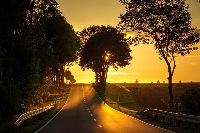 osvětlená silnice